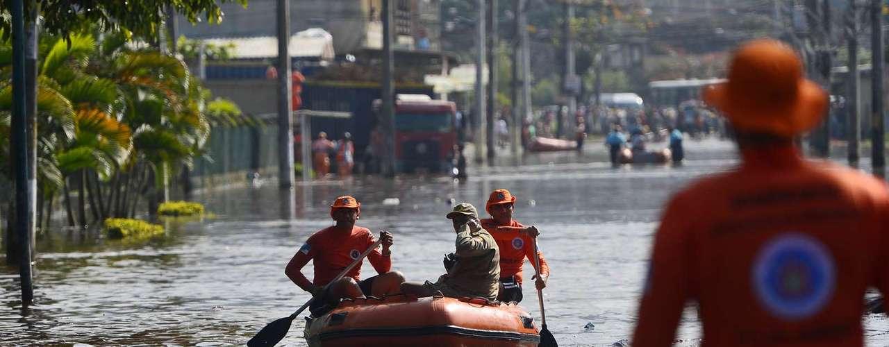 Equipes dos quartéis de Campo Grande e do Distrito Industrial estãona região auxiliando os atingidos com botes e helicóptero