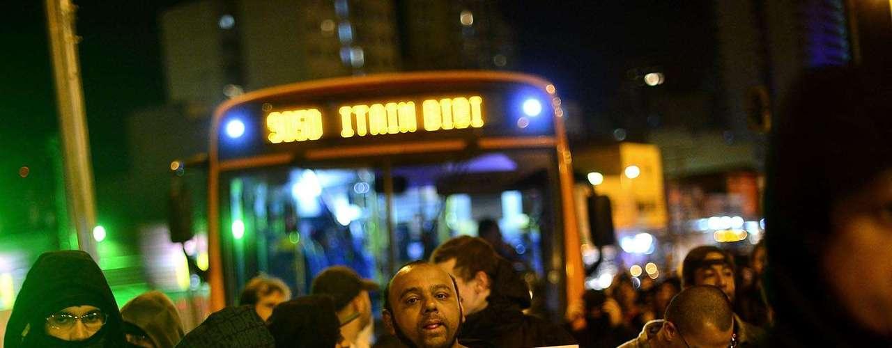 30 de julho -Homem carrega cartaz contra o governador de São Paulo, Geraldo Alckmin