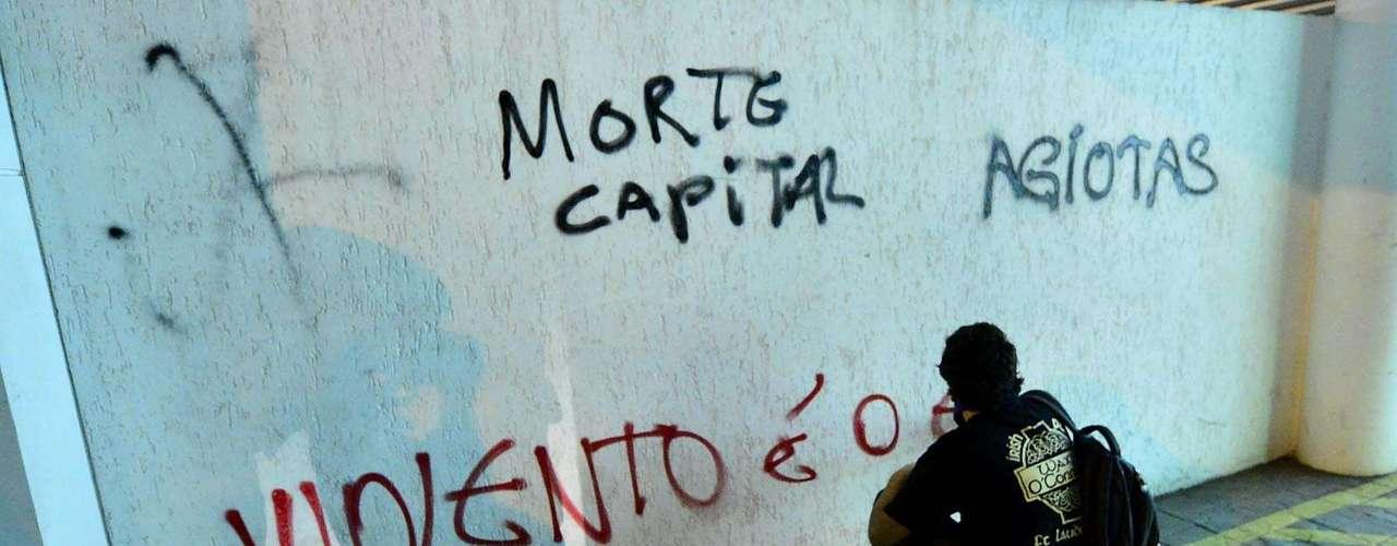 30 de julho -Manifestante picha muro em protesto em São Paulo