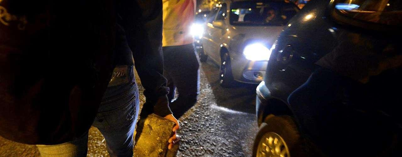 30 de julho -Homem carrega pedra durante protesto em São Paulo contra o governador paulista Geraldo Alckmin