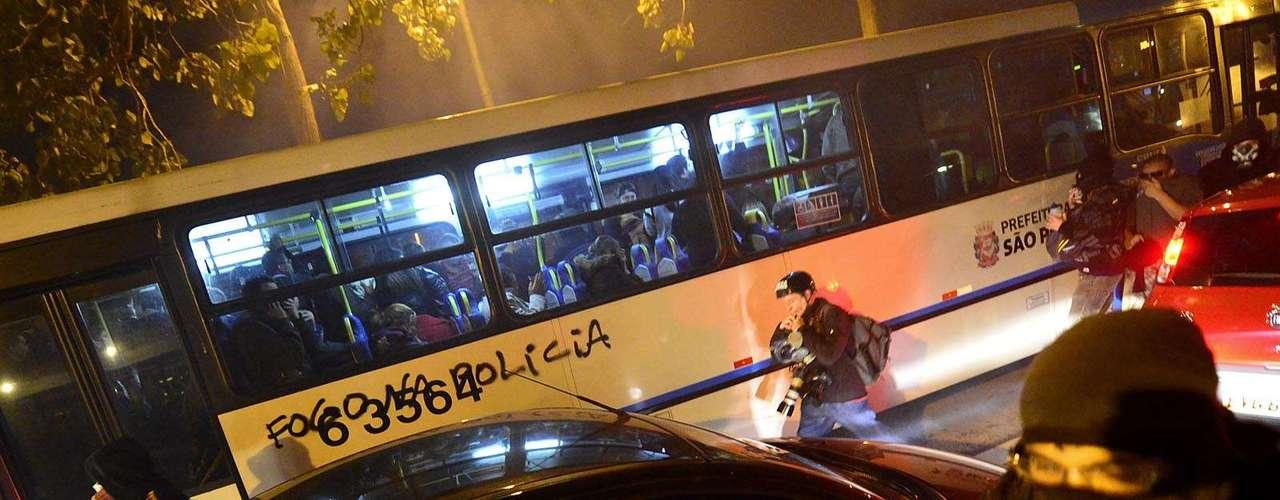 30 de julho -Ônibus foi pichado durante protesto desta terça-feira