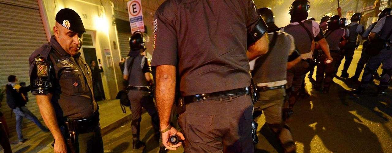 30 de julho -Policiais cercam homem durante manifestação, na avenida Rebouças, em São Paulo