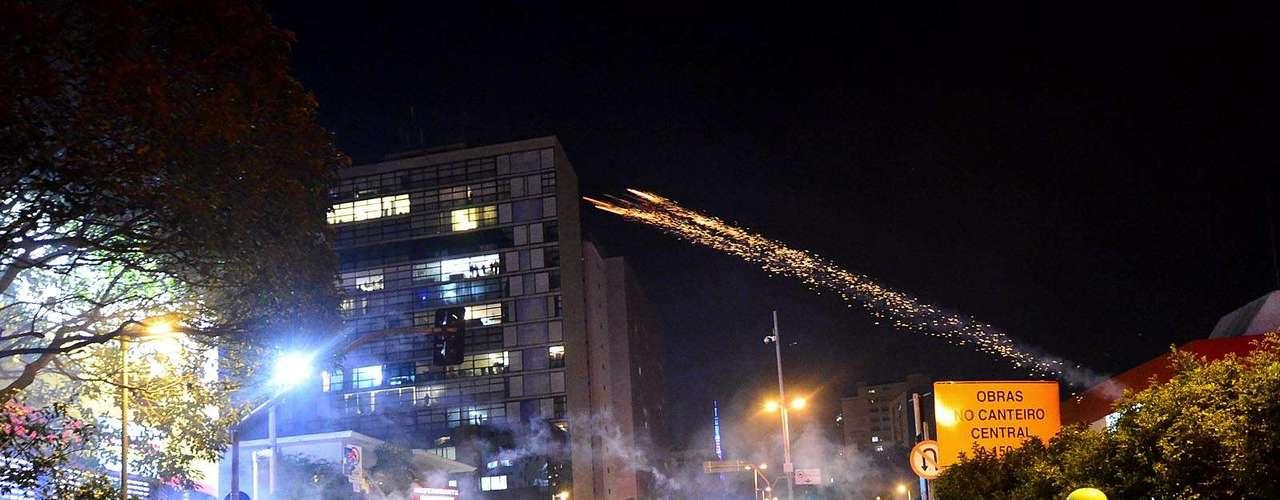 30 de julho -Policiais lançaram bombas de efeito moral e de gás lacrimogêneo durante a manifestação desta terça-feira