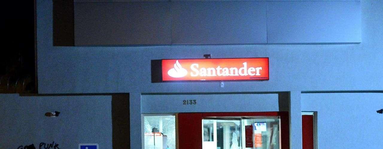 30 de julho -Fachada de banco ficou quebrada após ação de vândalos