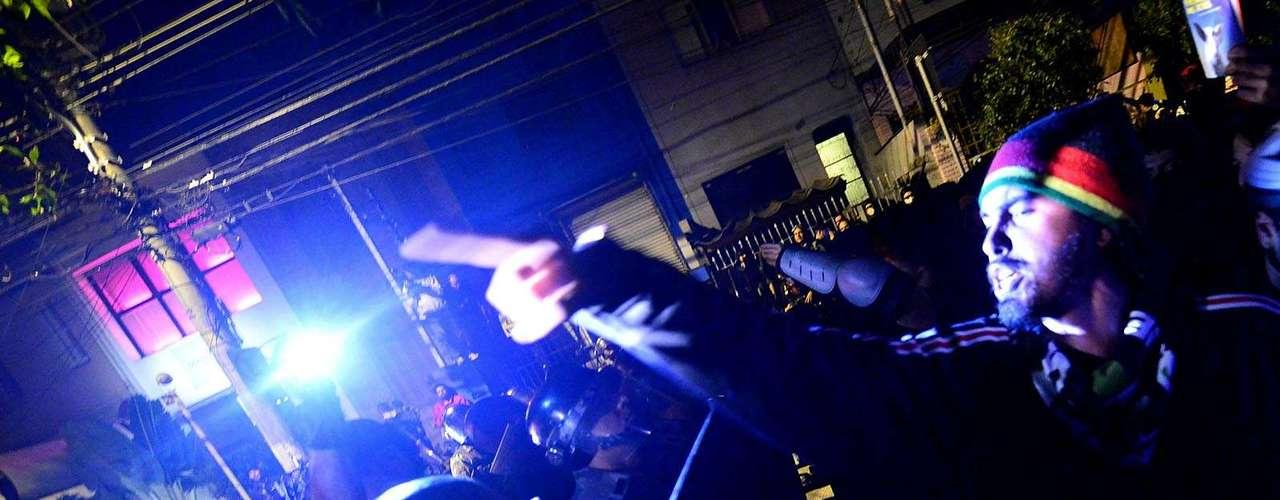 30 de julho - Além de pedirem a saída de Alckmin, os manifestantes gritavam pedindo o fim da Polícia Militar e respostas para o caso do pedreiro Amarildo de Souza, que desapareceu após ser levado para a Unidade de Polícia Pacificadora (UPP) na favela da Rocinha, no Rio de Janeiro, onde vivia
