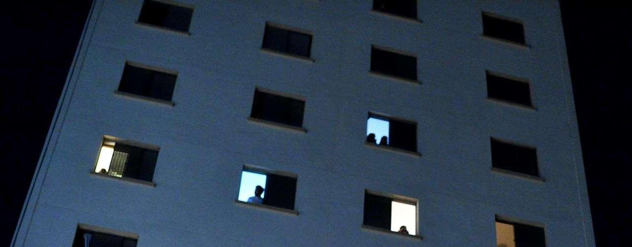 30 de julho - Moradores de prédios da região observam movimentação
