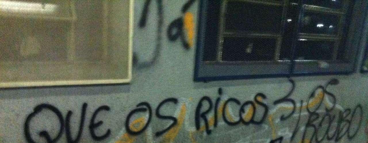 1º de agosto - Pichações citam o aumento do preço da tarifa de ônibus. Porto Alegre foi a primeira cidade onde os manifestantes saíram às ruas e conseguiram a redução