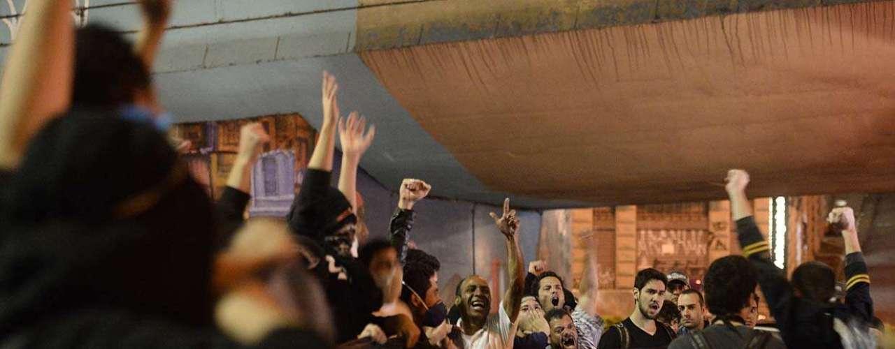 1º de agosto -Manifestantes carregam faixa cobrando informações sobre o paradeiro do pedreiro Amarildo de Souza, desaparecido no Rio de Janeiro