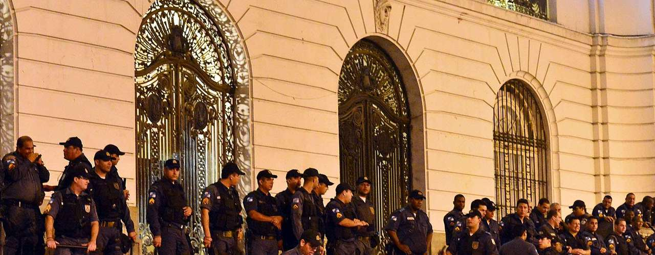 31 de julho -Polícia tenta evitar que mais manifestantes entrem na Câmara