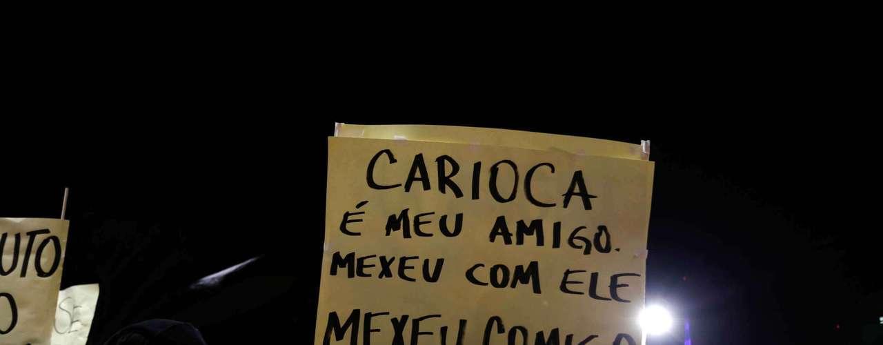 2de agosto -Em São Paulo, manifestante carrega cartaz com mensagem de apoio a protestos no Rio de Janeiro