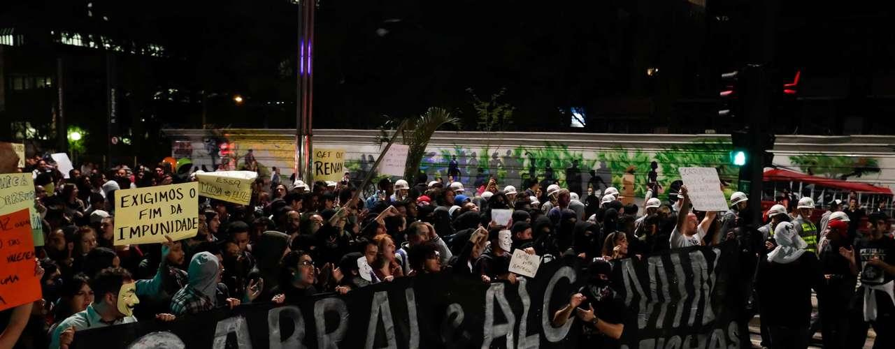 2de agosto -Manifestantes fizeram protesto na avenida Paulista, nesta sexta-feira, pedindo a saída dos governadores do Rio de Janeiro e São Paulo, Sergio Cabral (PMDB) e Geraldo Alckmin (PSDB)
