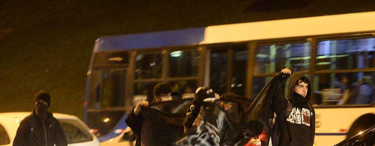1º de agosto - Manifestantes na capital paulista protestam contra o desaparecimento do pedreiro Amarildo de Souza no Rio de Janeiro, o governador Geraldo Alckmin e pedindo a desmilitarização da polícia. Pessoas foram detidas no final do ato, na avenida Paulista, próximo à rua da Consolação, por picharem uma farmácia
