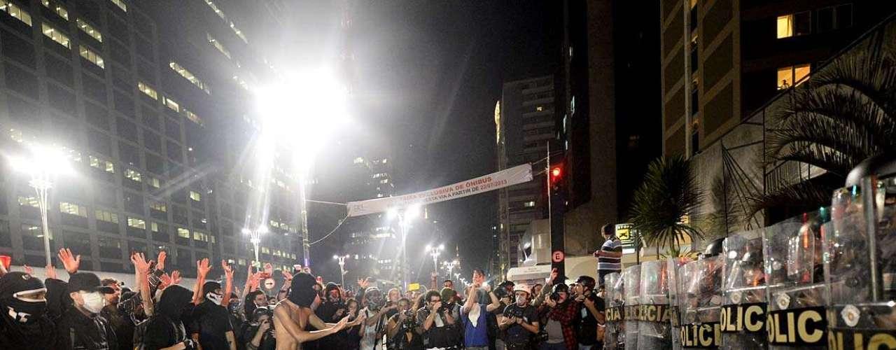 1º de agosto - Manifestantes na capital paulista protestam contra o desaparecimento do pedreiro Amarildo de Souza no Rio de Janeiro, o governador Geraldo Alckmin e pedindo a desmilitarização da polícia. Pessoas foram detidas no final do ato, na avenida Paulista, próximo à rua da Consolação