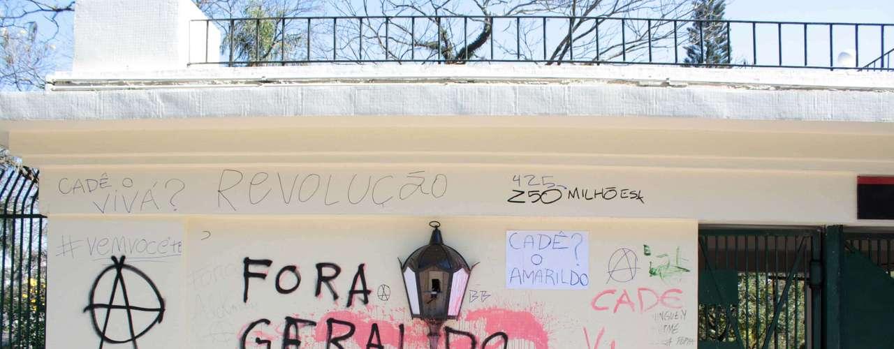3 de agosto - Manifestantes pixaram muros e colocaram cartazes naentrada do Palácio dos Bandeirantes