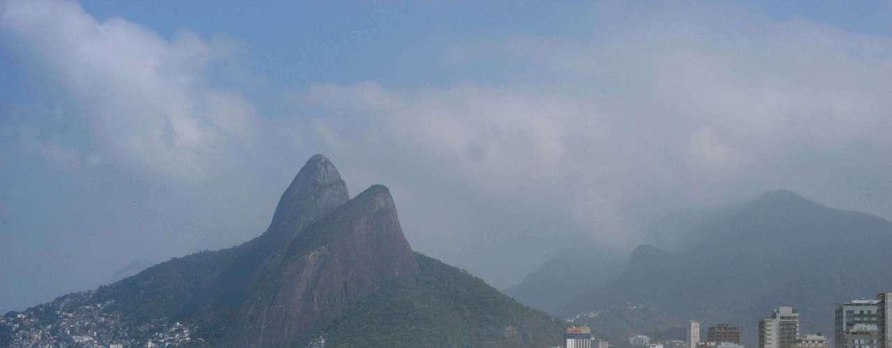 7 de agosto - Praia de Ipanema, no Rio, teve movimento com o calor desta quarta-feira