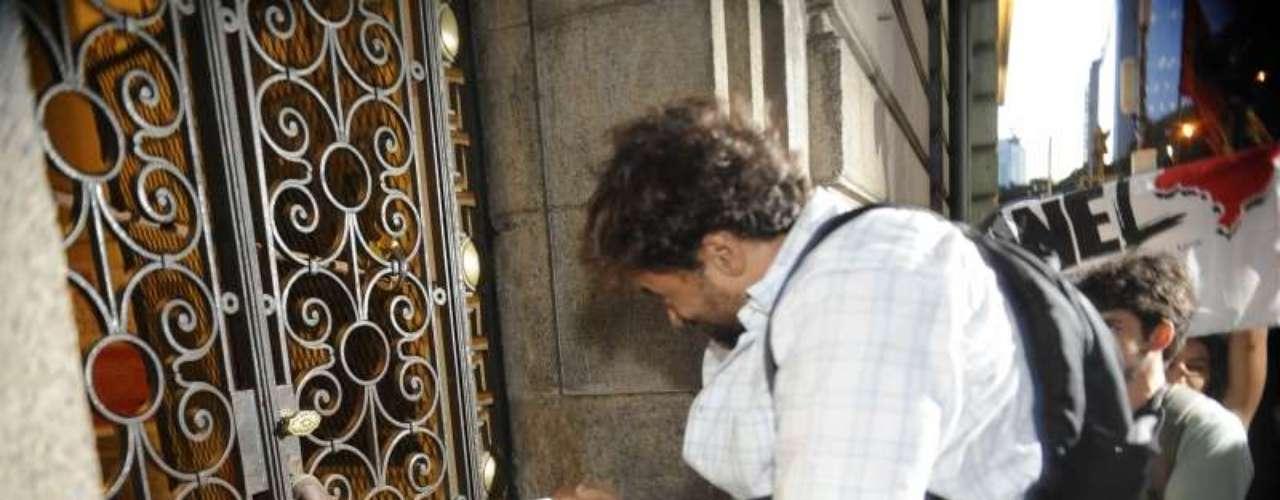 8 de agosto -Manifestante chuta porta e tenta forçar entrada em protesto na Assembleia Legislativa do Rio de Janeiro