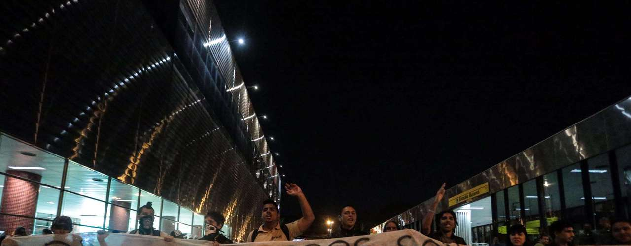 9 de agosto - Protesto contra o governador de São Paulo, Geraldo Alckmin, saiu da estação Butantã do metrô e caminhou até a sede do Executivo paulista, o Palácio dos Bandeirantes, no Morumbi