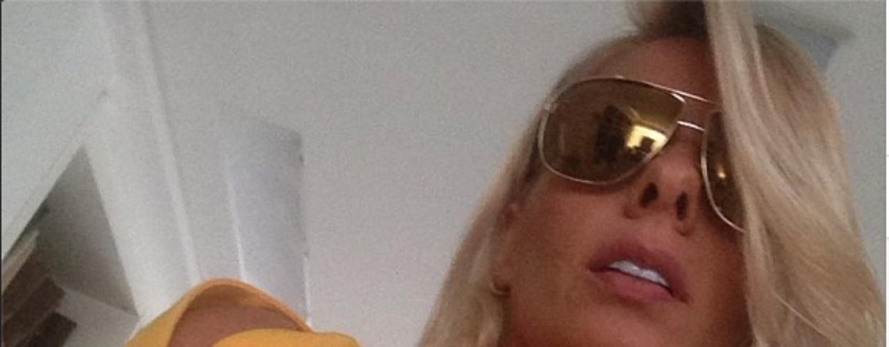 Adriane Galisteu posta via Instagram foto de detalhe de look usado para participação na feira Estética e seguidores elogiam seus cabelos muito bem tratados