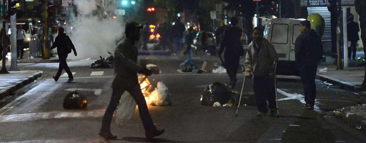 14 de agosto -Grupo jogou lixo nas ruas em protesto na região central de São Paulo nesta quarta-feira