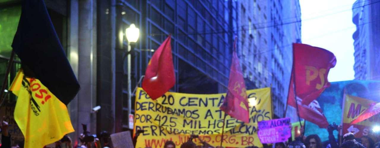14 de agosto -  Os manifestantes queimaram um boneco que representava o governador de São Paulo, Geraldo Alckmin (PSDB)