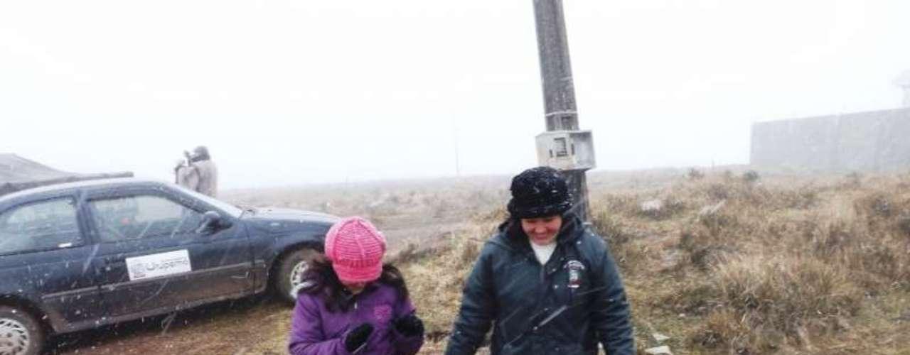 14 de agosto -Segundo a prefeitura de Urupema, a neve da tarde veio junto com rajadas de vento, deixando a temperatura no Morro das Torres muito baixas