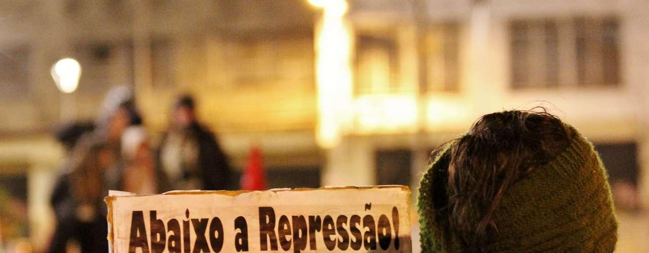 15 de agosto - Um grupo de cerca de 200 pessoas protestou na noite desta quinta-feira, na capital paulista, contra a repressão policial. No ato, o grupo decidiu pela criação de um comitê contra a situação, que consideram inadmissível