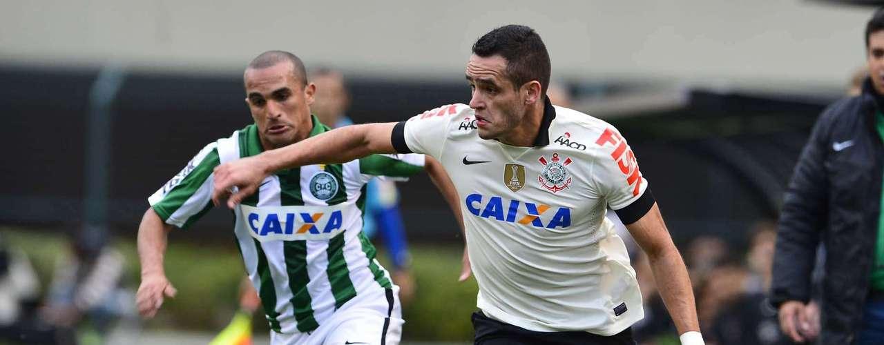 Renato Augusto começou jogando pela esquerda e depois se posicionou pela parte central do meio-campo
