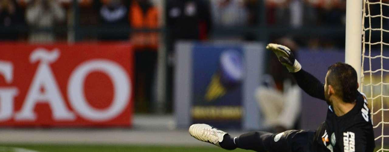 Vanderlei fez um grande jogo, mas viu de longe a bola entrar no gol após a cobrança de Guerrero