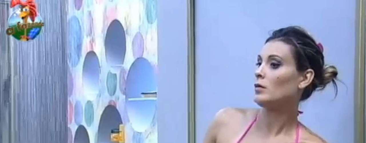Andressa Urach tomoubanho com biquíni brilhante