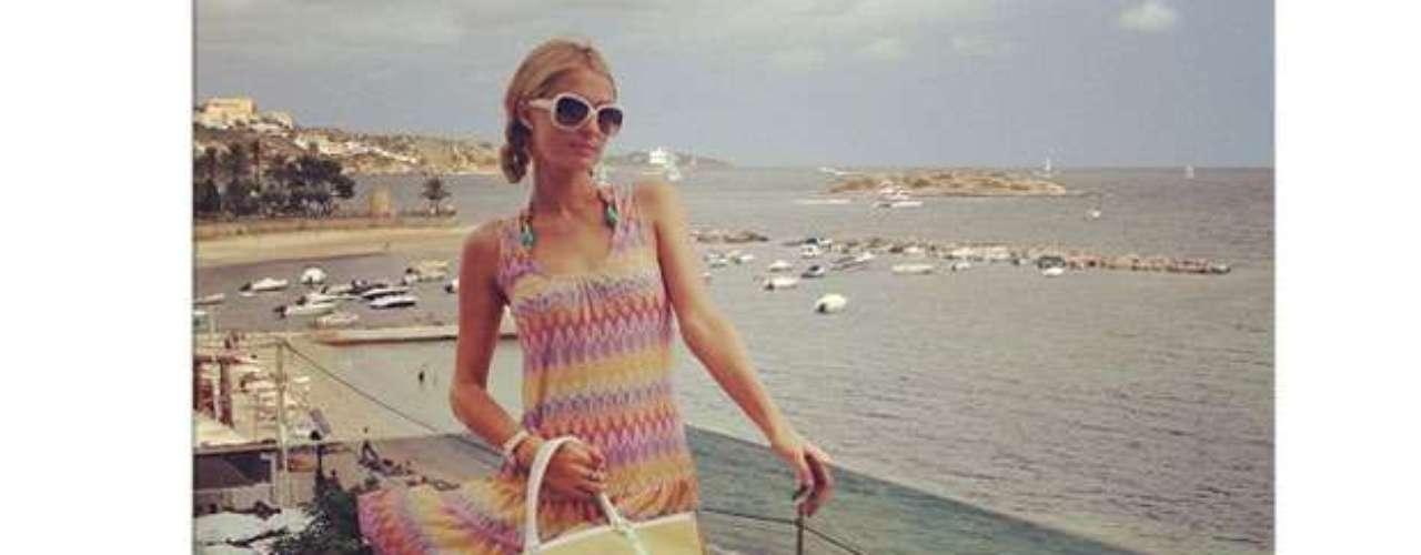 Mais cedo no mesmo dia, Paris postou foto com óculos brancos, vestido soltinho e colorido e bolsa amarela de couro