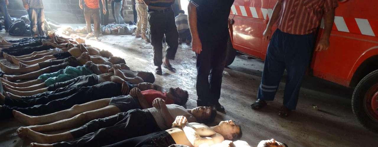 Corpos são enfileirados no subúrbio de Damasco