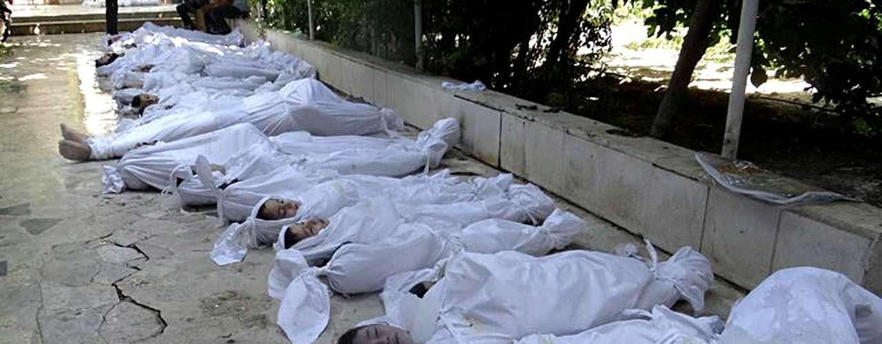 Corpos das vítimas, reunidos após o ataque químico