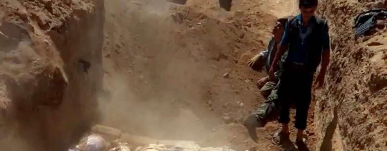 Rebeldes sírios enterram vítimas do suposto ataque com armas químicas contra os oposicionistas na periferia de Damasco; a fotografia e sua informação é do Comitê Local de Arbeen, um órgão opositor, e não pode ser confirmada de modo independente neste novo episódio da guerra civil síria