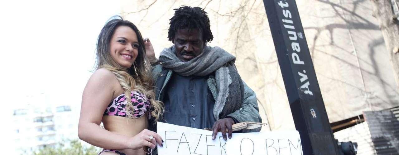23 de agosto - Abraçada a morador de rua, modelo pede mais solidariedade em protesto em São Paulo