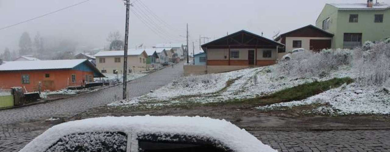 27 de agosto - Neve acumulou sobre os carros em São Joaquim (SC)
