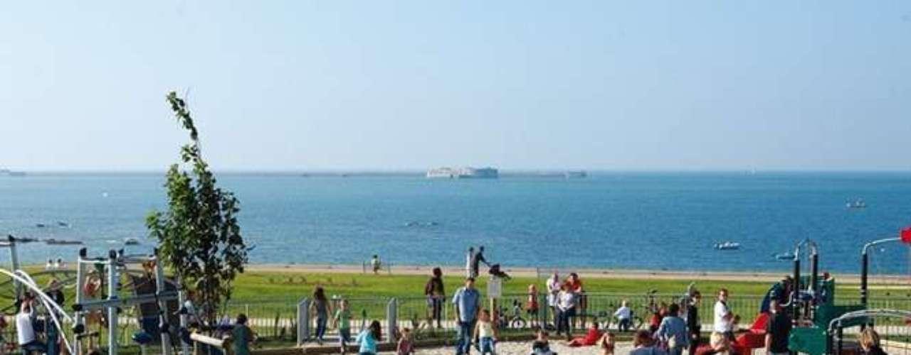 A praia de Saline cobre uma área de 600 metros, mas apesar de movimentada, não é permitido que os visitantes nadem nela