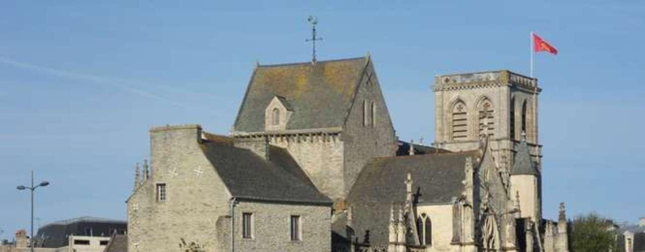 As diversas igrejas são um dos atrativos turísticos, em especial a Basílica da Santa Trindade