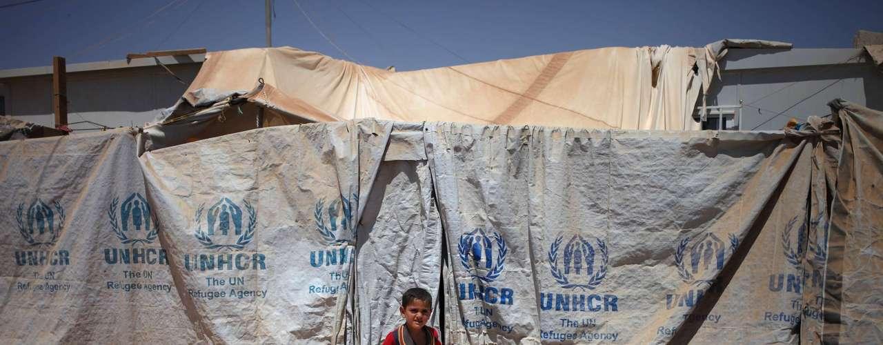 Jovem refugiado, em frente ao lar improvisado de sua família no campo Zaatari: mais de dois milhões de sírios deixaram seu país e sonham com o fim da violência