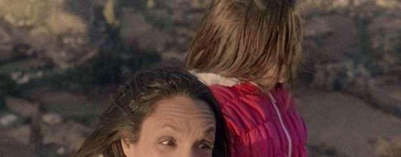Alejandra (Maria Maya) não aguenta ver o amigo apanhar e ameaça jogar Paulinha (Klara Castanho) de um precipício