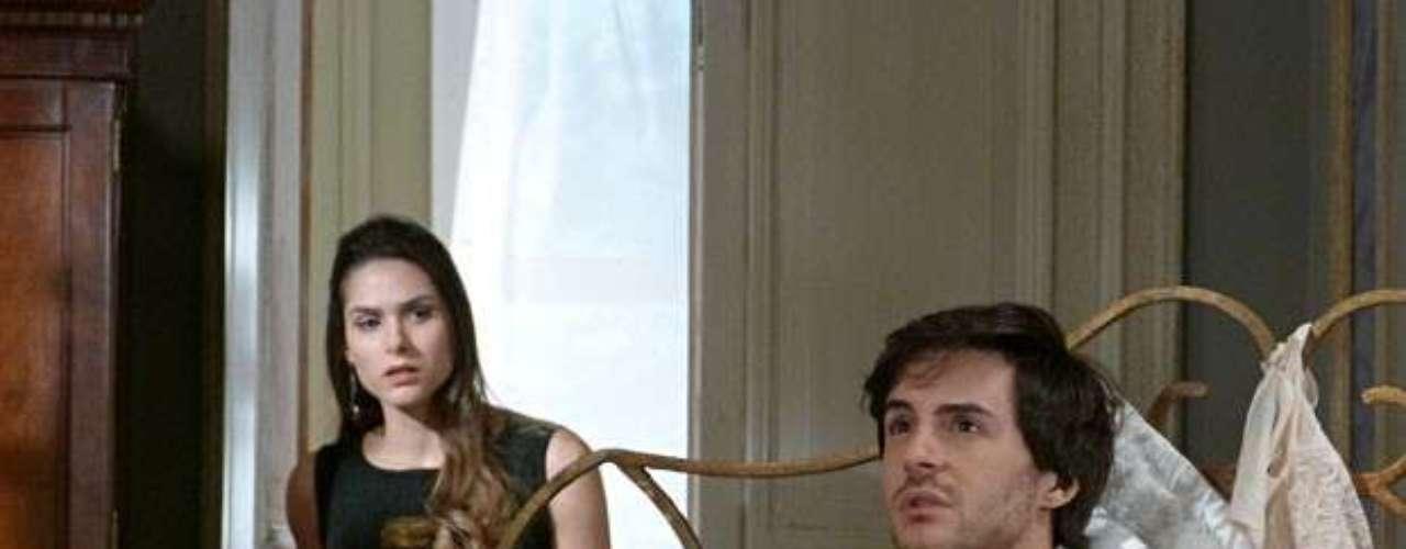 Leila (Fernanda Machado) surpreende Thales (Ricardo Tozi) cercado pelas coisas de Nicole (Marina Ruy Barbosa)
