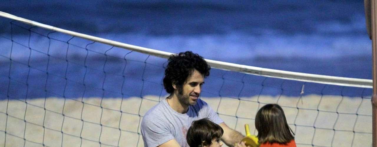Setembro 2013-O ator Eriberto Leão levou o filho, João, para curtir o quiosque para crianças da praia do Leblon, zona sul do Rio de Janeiro, no final da tarde desta segunda-feira (2)