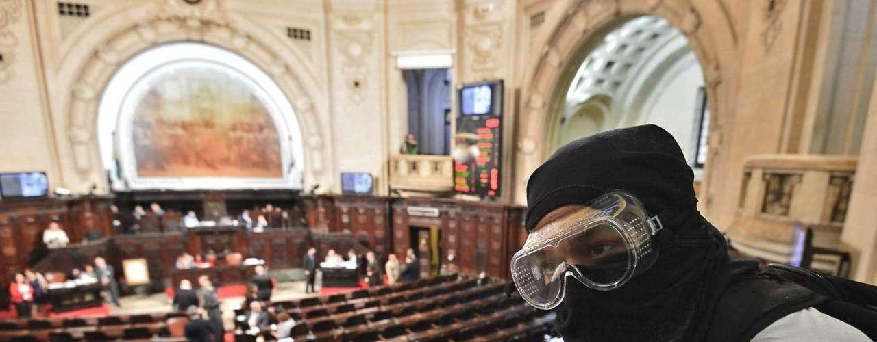 3 de setembro -Cerca de 50 pessoas, entre elas algumas mascaradas, acompanhavam nas galerias da Alerj a sessão que vai discutir o projeto de lei de autoria que proíbe a presença de pessoas com o rosto coberto em manifestações