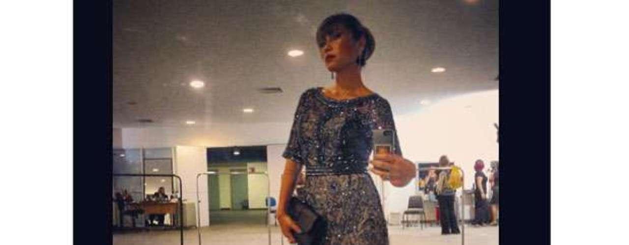 Na noite desta terça-feira (3), Dani Sukuzi publicou foto no Instagram usando vestido curtinho com brilho e cintura marcada, combinado com ankle boot preta e bolsa clutch. A apresentadora apostou ainda em cabelo preso e brincos longos como acessórios. \