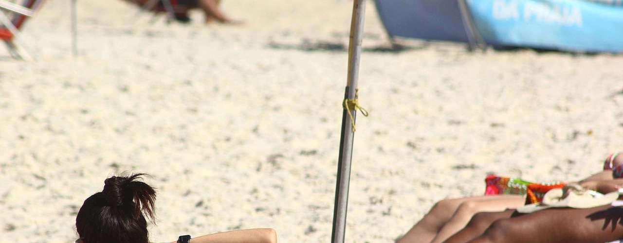 3 de setembro - Com temperatura superior a 30°C ainda pela manhã, cariocas aproveitam dia ensolarado na praia de Copacabana