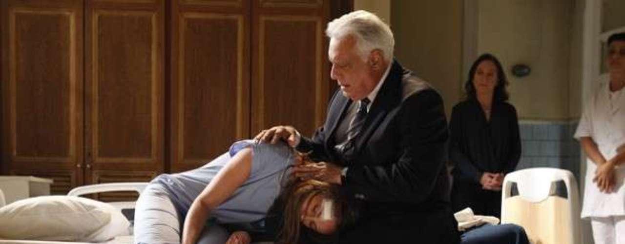 Paloma (Paolla Oliveira) é internada injustamente em uma clínica psiquiátrica e submetida a fortes medicamentos, por culpa de Félix (Mateus Solano). Preocupado, César (Antonio Fagundes) vai até o local visitá-la e encontra a pediatra dopada, quase inconsciente
