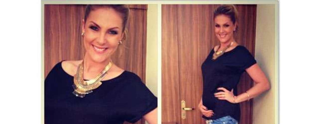 Grávida de três meses, Ana Hickmann exibiu orgulhosa sua barriguinha saliente no Instagram. Nesta quarta-feira (5), a apresentadora publicou foto com camiseta preta, calça com estampa de zebra e salto alto. Para completar, pulseiras, brincos e maxicolar dourado. \