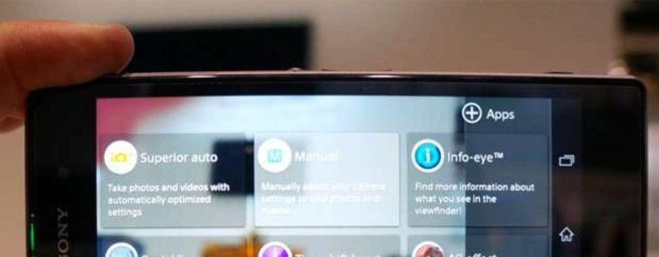 Funcionalidades extras da câmera funcionam a partir de aplicativos de terceiros. Para usar os 20,7 megapixels, só no modo Manual