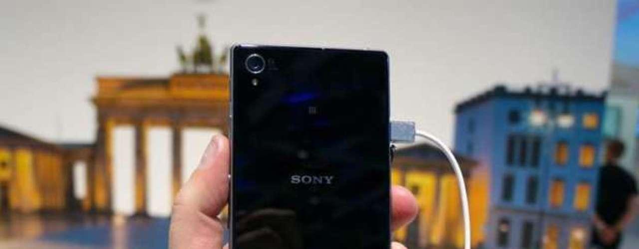 Acabamento do smartphone é feito em vidro