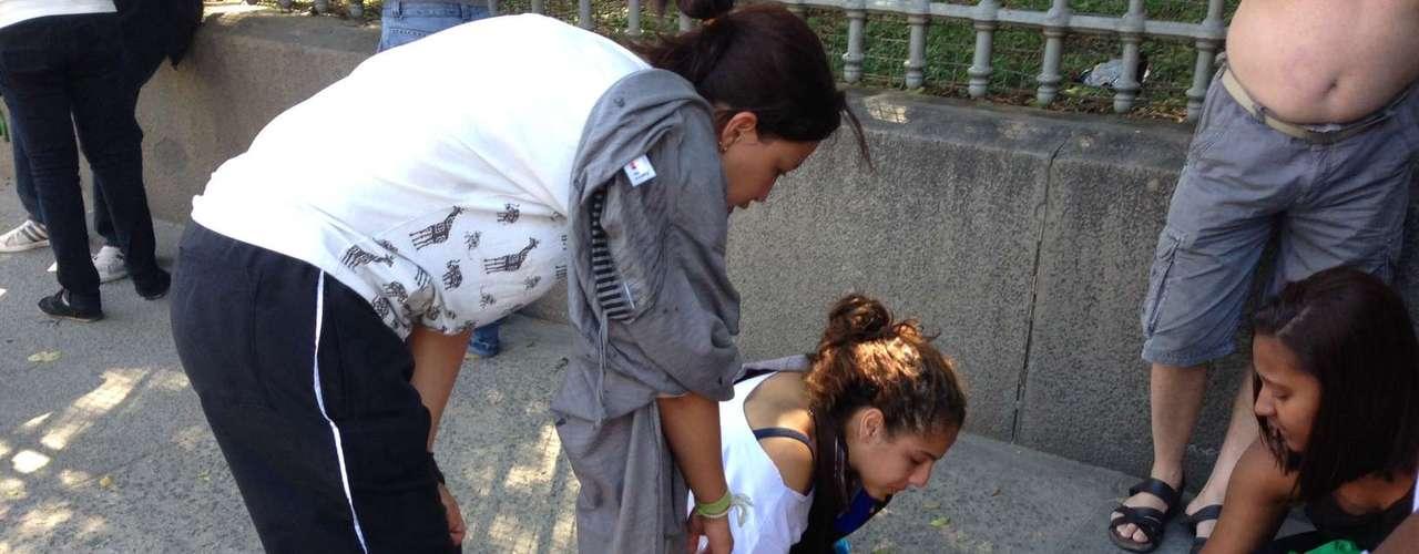 Rio de Janeiro - Mulher passa mal por causa do gás lacrimogênio e precisa ser atendida na calçada