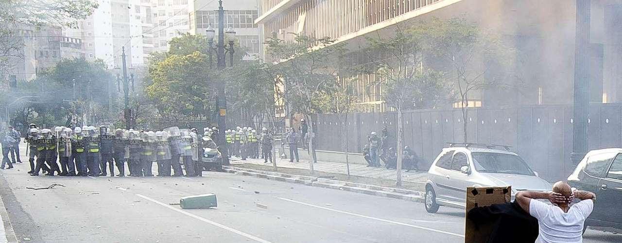 São Paulo - Manifestantes formados em sua maioria por integrantes do Black Bloc entraram em confronto com policiais militares
